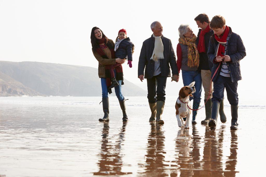 Famille se promenant à la mer